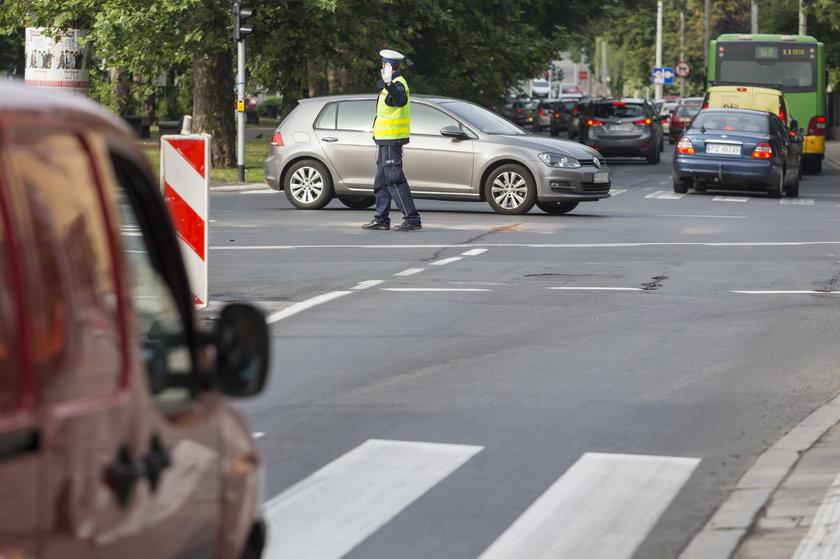 Policjant kierujący ruchem i samochody