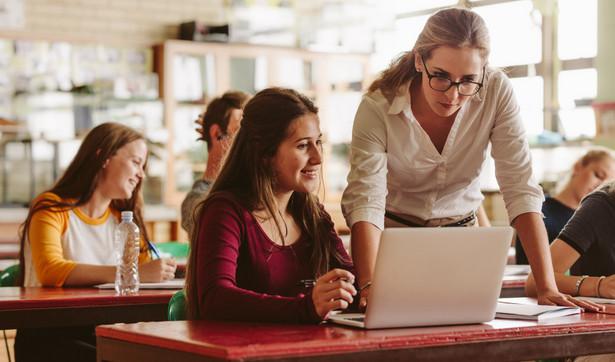 """""""Wszyscy nauczyciele mówią jednym głosem - chcemy wrócić do szkoły z wielu powodów. Ta praca jest o wiele efektywniejsza, o wiele bardziej konstruktywna, o wiele bardziej twórcza. Tego oczekują uczniowie, tego oczekują nauczyciele, ale mamy poważne obawy, czy jesteśmy do tego przygotowani"""" - dodał."""
