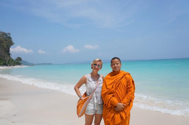 Natalia Tyczynska w mnichem buddyjskim na rajskiej plaży na Andamanach, Wyspa Havelock