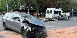 Bus i volkswagen zderzyły się na skrzyżowaniu