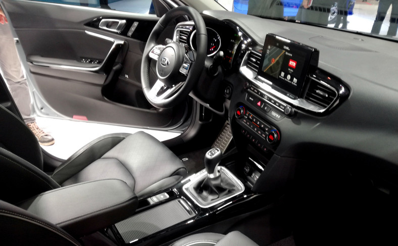 Audio marki JBL z funkcją Clari-Fi (w czasie rzeczywistym analizuje i ulepsza jakość skompresowanych plików muzycznych), jak na tę klasę auta gra wybornie