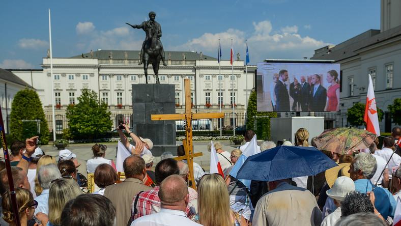 Przed Pałacem Prezydenckim zgromadziły się tłumy sympatyków nowego prezydenta.