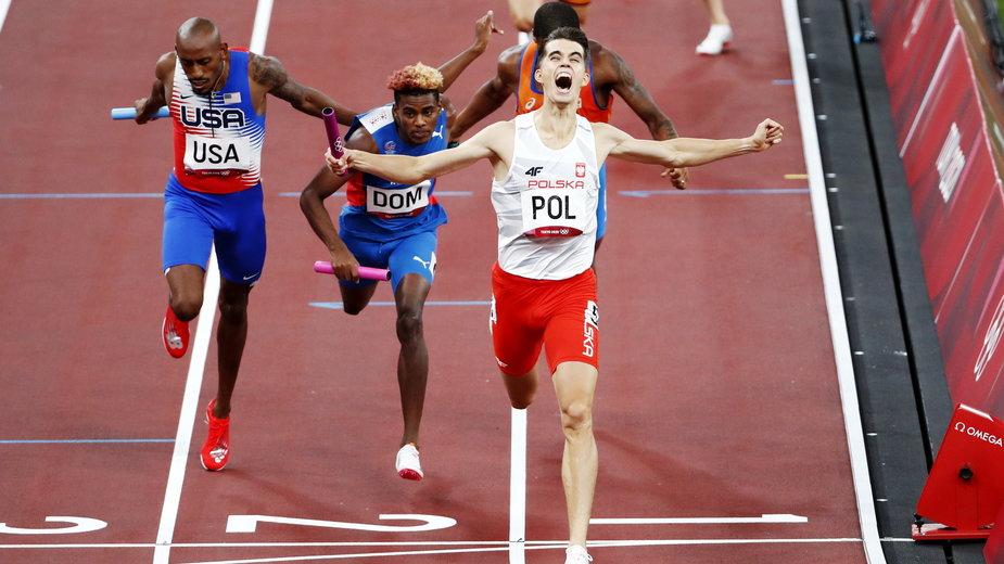 Kajetan Duszyński wbiega na metę. Polka sztafeta mieszana 4x400 m zdobywa złoty medal igrzysk