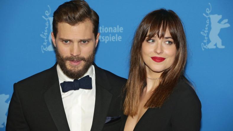 """Produkcja """"Pięćdziesięciu twarzy Greya"""" trzymana była w tajemnicy, a jej twórcy umiejętnie budowali napięcie wypuszczając do sieci kolejne, pełne erotycznego napięcia zapowiedzi… Pierwsze recenzje pojawiły się w zachodniej prasie dopieroprzed oficjalnąpremierą. """"Pięćdziesiąt twarzy Greya"""" krytyków podzieliło. Film zbiera zarówno pochwały (za humor i dobre aktorstwo), jak i recenzje krytyczne (bo jest nudnawy i zbyt wierny książce). –Ten stylowy i w dużej mierze satysfakcjonujący film będzie przebojem – i zasłużenie. Z pełną energii Dakotą Johnson i ponętnym Jamiem Dornanem w obsadzie, erotyczny romans Taylor-Johnson jest zgrabną destylacją pierwszej książki James –pisze Inkoo Kang w """"The Wrap"""". Z kolei Eric Kohn z """"IndieWire"""" nie ma dla dzieła Sam Taylor-Johnson litości: –Żadna ilość błyszczących technicznych składników nie uratuje tego stosunkowo wiernego pierwowzorowi scenariusza, który przenosi dosłownie wiele z boleśnie prymitywnych książkowych dialogów. """"Pięćdziesiąt twarzy Greya"""" budzi więc wielkie emocje i jeszcze większe zainteresowanie. Zobaczcie, kto przyleciał do Berlina, by wziąć udział w jego uroczystym pokazie..."""