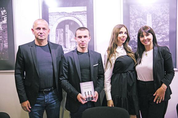 Luka Lukić sa porodicom na promociji knjige