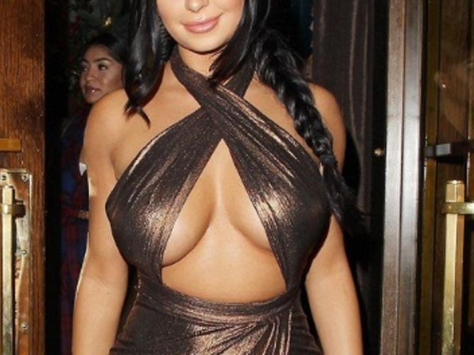 Izgleda vam šokantno na ovoj slici? Kada je sela u kola, haljina je POLUDELA!