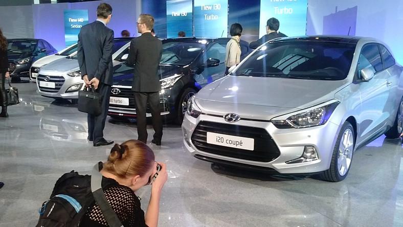 Hyundai i20 zadebiutował w 2008 roku i zastąpił na rynku model getz. Po drodze samochód przeszedł lifting, aż wreszcie przyszła pora na drugie wcielenie tego auta klasy B. Koreański koncern niedawno odsłonił nową generację i20, a teraz ujawnił odmianę trzydrzwiową. Zobacz, jak wygląda nowe dzieło Hyundaia. Wiemy kiedy trafi do Polski…