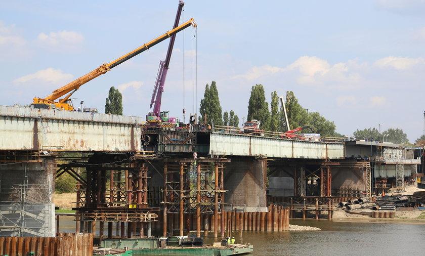Groźny wypadek przy remoncie mostu Łazienkowskiego. Został porażony prądem jeden z budowniczych.