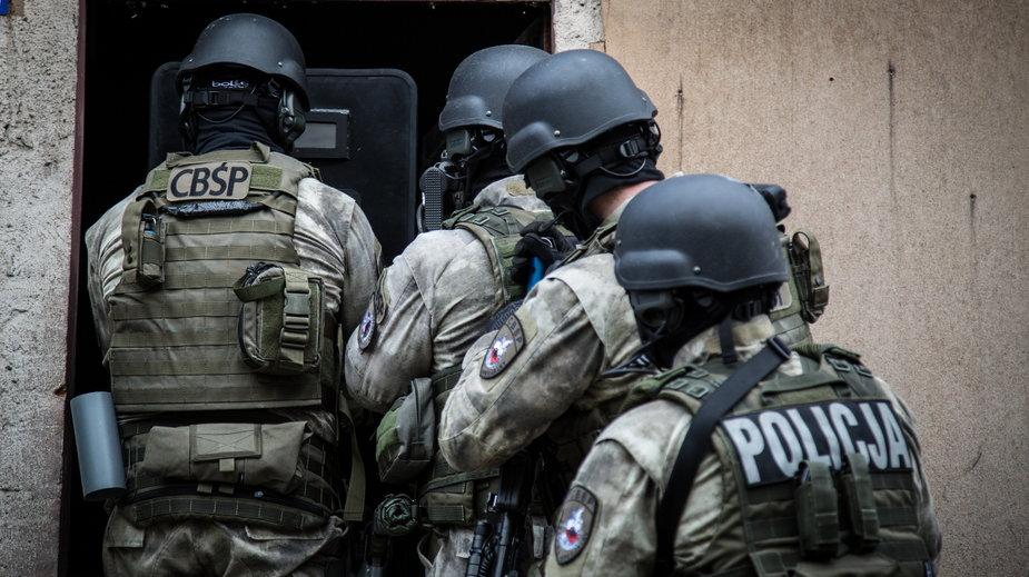 Grupę oszustów rozbili funkcjonariusze CBŚP i KAS, działając pod nadzorem Prokuratury Regionalnej w Warszawie