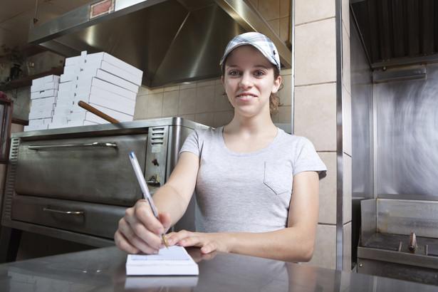 Osoby wykwalifikowane otrzymują nadmiar ofert pracy przez co nie są powszechnie dostępne na rynku.