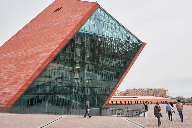 """Ekspozycja zajmuje niemal pięć tysięcy metrów kw., co – jak informuje muzeum - sprawia, że jest ono największą historyczną placówką muzealną w Polsce. Wystawa główna znajduje się 14 metrów poniżej poziomu gruntu. Tworzą ja trzy bloki narracyjne: """"Droga do wojny"""", """"Groza wojny"""" oraz """"Długi cień wojny"""". Na wystawie znalazło się około 2,5 tysiąca eksponatów oraz około 240 stanowisk multimedialnych, dzięki którym można m.in. przeglądać archiwalne fotografie i filmy, obejrzeć relacje świadków wydarzeń, zapoznać się z interaktywnymi mapami prezentującymi militarne potyczki czy zmiany granic państw w czasie II wojny światowej."""