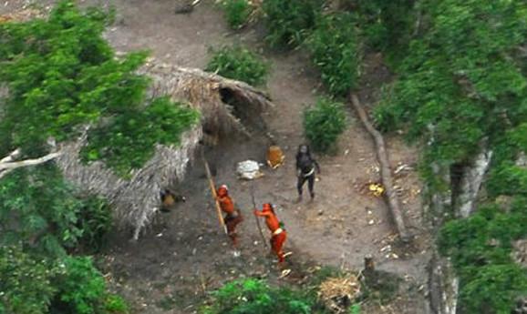 Domoroci ispaljuju strelu na helikopter