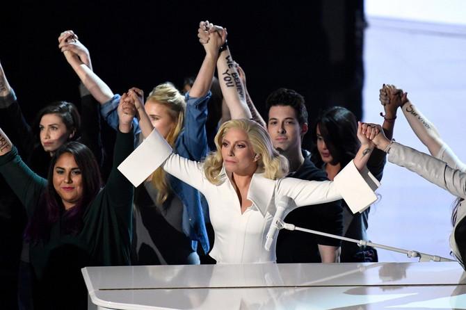 Ledi Gaga na dodeli Oskara 2016. godine