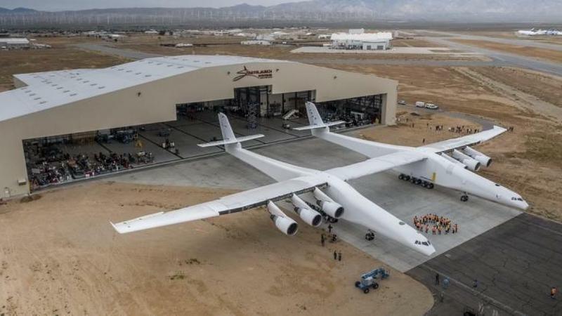 Stratolaunch - największy samolot na świecie opuścił hangar