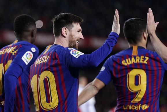 Lionel Mesi slavi pogodak sa saigračima