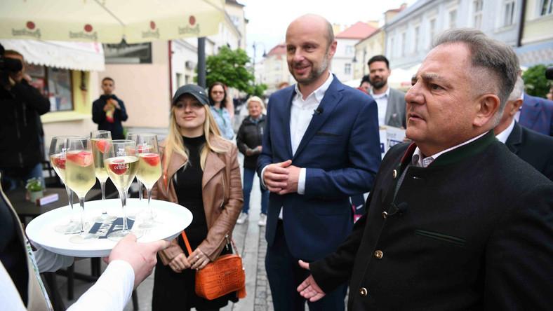 Kandydat na prezydenta Rzeszowa Konrad Fijołek i krytyk kulinarny Robert Makłowicz