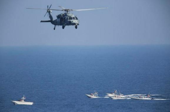 Američki helikopter nadleće iranske čamce