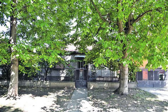 Kuća Dimkovića u Jakovu posle nesreće zavijena u crno