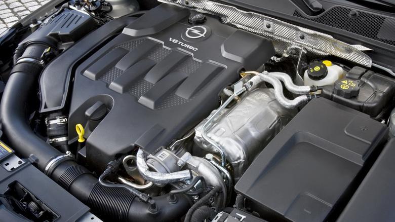 Benzynowe V6 świetnie pracują, ale dużo palą i są ciasno upakowane.