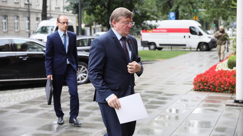 Ambasador Republiki Białorusi Władimir Czuszew w drodze na spotkanie w MSZ w Warszawie