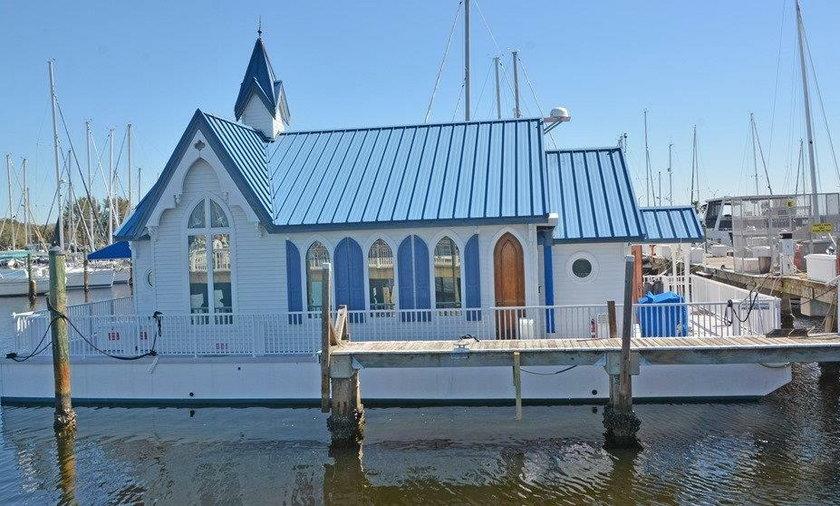 Kaplica przerobiona na pływającą łódź mieszkalną