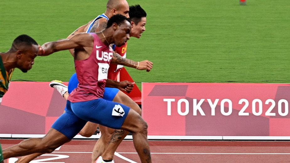 Su Bingtian w biegu półfinałowym na 100 m (IO w Tokio)