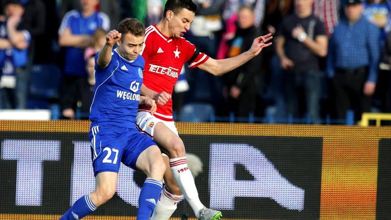 Piłkarz Ruchu Chorzów Kamil Mazek (L) i Maciej Sadlok (P) z Wisły Kraków, podczas meczu Ekstraklasy