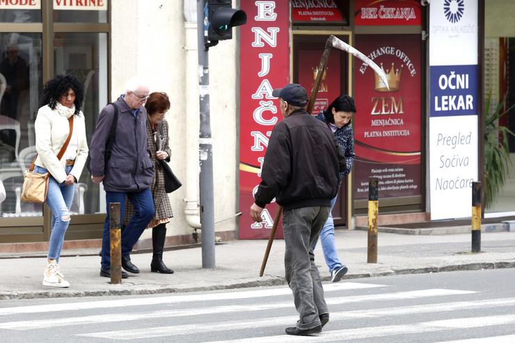 Prolaznici u delu ulice gde se dešavaju pucnjevi