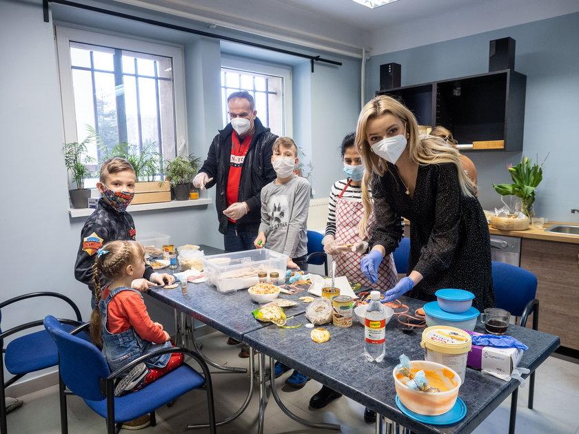 Karolina Bielawska i wolontariusz Zupy na Pietrynie