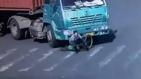 Ciężarówka potrąciła rowerzystę i przejechała nad nim