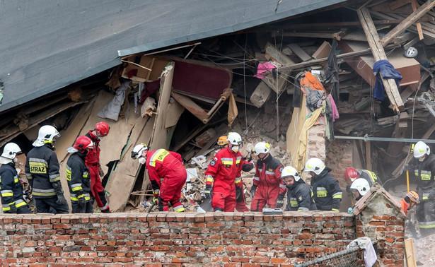Poniemiecki, kilkukondygnacyjny budynek przy ul. biskupa Krasickiego w Świebodzicach zawalił się w sobotę, ok. godz. 9 rano