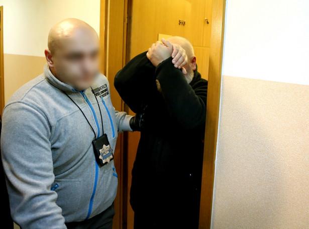 Ks. Grzegorz K. wyprowadzany po przesłuchaniu w prokuraturze w Wołominie. Fot. PAP/Tomasz Gzell