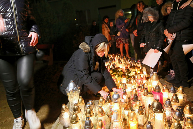 Po zakończonej przez policję w niedzielę w Koninie (Wielkopolskie) manifestacji w związku ze śmiercią postrzelonego przez policjanta 21-latka prezydent Konina Piotr Korytkowski zaapelował o spokój w mieście. Zapowiedział zwołanie na poniedziałek sztabu kryzysowego.