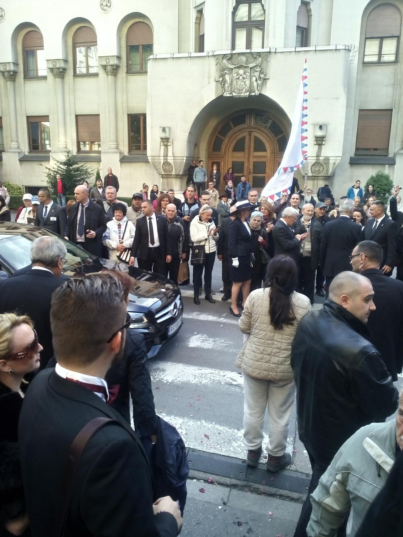 Oko 250 ljudi ispratilo kraljevsko venčanje preko puta Saborne crkve