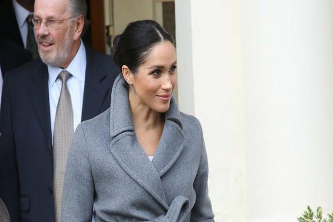 Megan pokazala OGROMAN STOMAK u divnom kaputu, ali je zato HALJINA ispod njega NAJRUŽNIJA koju smo videli: Britanci razočarani NEVIĐENIM MODNIM KIKSOM!