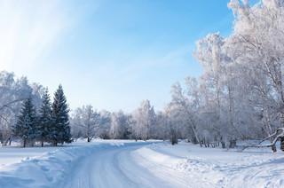 Zaspy śnieżne na drogach i zamiecie: Czy można w ten sposób usprawiedliwić nieobecność w pracy