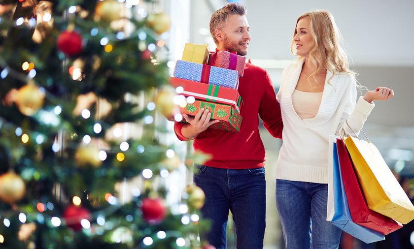 Para na zakupach świątecznych w galerii handlowej