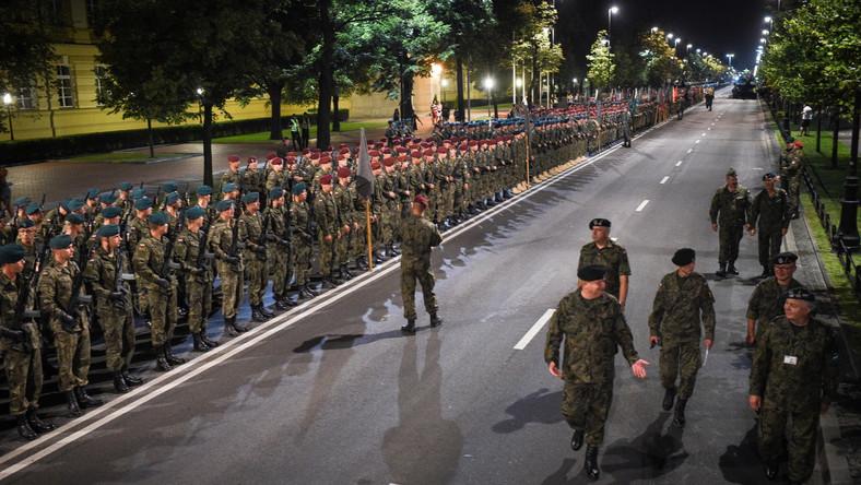 Tuż po północy na ulicach Warszawy rozpoczęła się próba generalna przed sobotnim świętem Wojska Polskiego. W Alejach Ujazdowskich, w samym centrum stolicy, pojawił się też ciężki sprzęt.