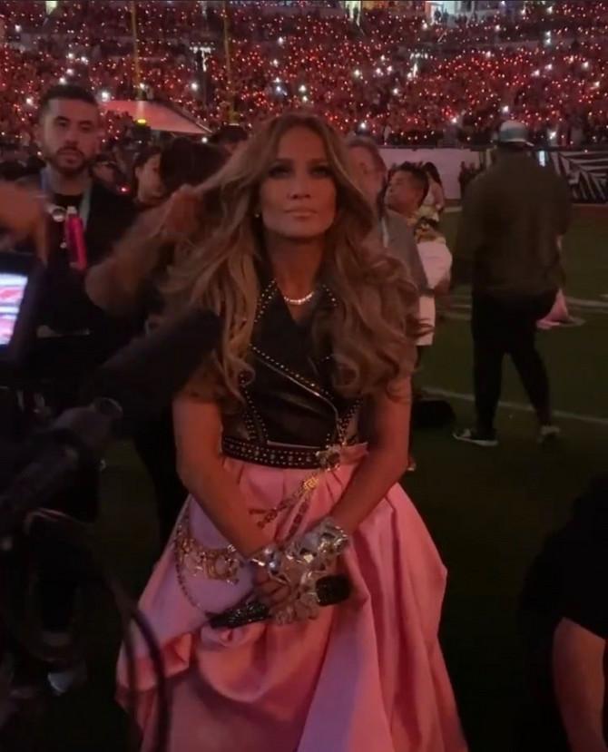 Dženifer se sprema za izlazak na scenu
