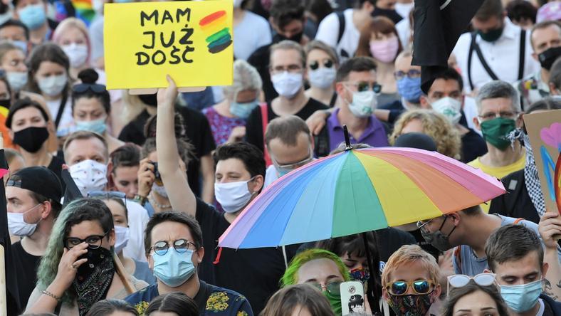 Zbiórka pieniędzy na pomoc prawną i psychologiczną dla aktywistów LGBT to reakcja na starcia z policją, do jakich doszło podczas ostatnich protestów w Warszawie.