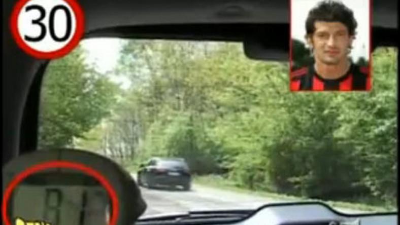 Zobacz, jak piłkarze łamią przepisy drogowe