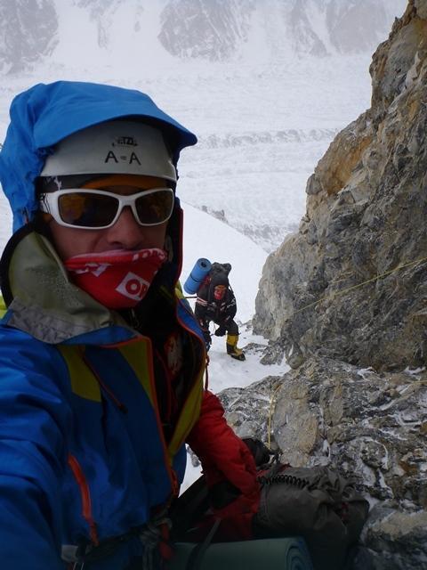 Broad Peak - wyprawa PZA 2013 - Artur Małek i Tomek Kowalski poręczują powyżej obozu