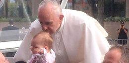 Papież ucałował główkę dziecka. Później wydarzył się cud