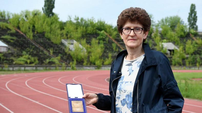 Grażyna Rabsztyn pozuje do zdjęcia na stadionie RKS Skra Warszawa