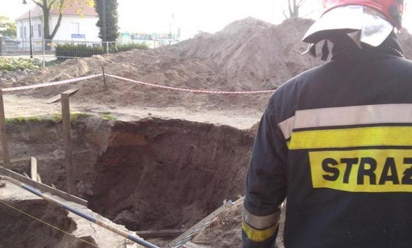 Przysypany ziemią archeolog w ciężkim stanie.