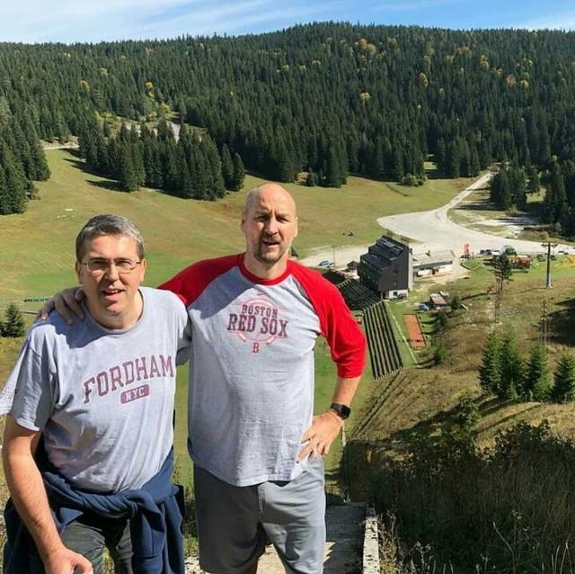 Dva asa na vrhu stepenika na planini Igman