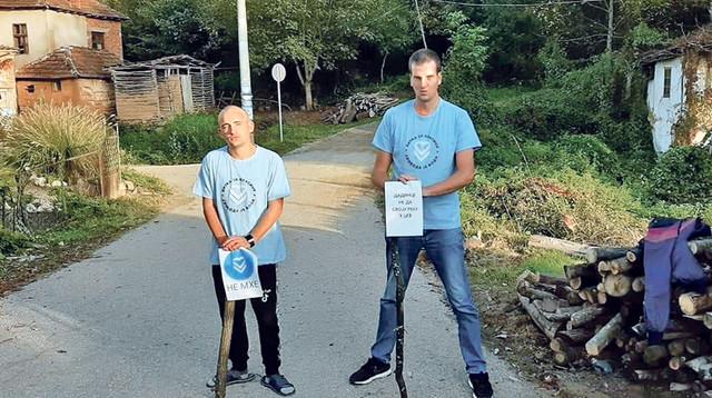 """Meštani sela Dadince počeli su da prave straže i obilaze Rupsku reku jer se protive izgradnji MHE. U selu se mogu videti oblepljene parole """"Dadince ne da svoju reku u cev"""""""