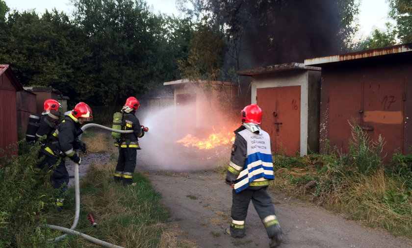 Katowice. Podpalenie śmieci i garaży na osiedlu Tysiąclecia