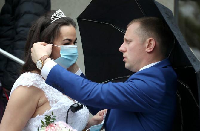 Venčanja šire zarazu (ilustraciju)