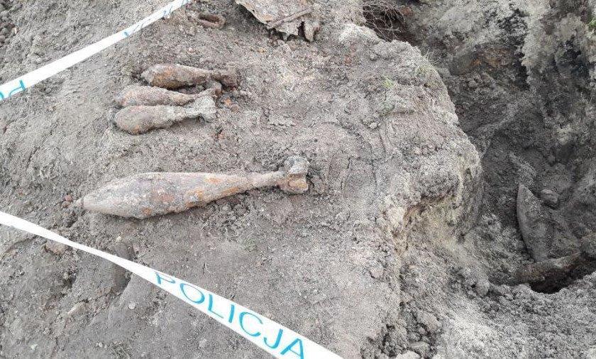 Policjanci zabezpieczali miejsce odnalezienia niewybuchów na terenie boiska Szkoły Podstawowej nr 6 w Jarosławiu